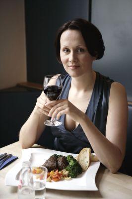 Gründe für den Diätfrust sind oft unrealistisch gesetzte Abnehmziele oder einseitige Speisepläne. So soll auch eine spontane Restauranteinladung selbstverständlich bleiben. Foto: djd/Weight Watchers