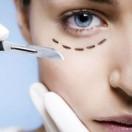 Viele Menschen wünschen sich eine faltenfreie Haut und nehmen daher Schönheitsoperationen auf sich - das aber ist nicht ohne Risiken. Foto: djd/Naturavitalis