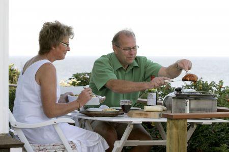 Klein, leicht und transportabel: Ein Grill kann heute überall mit hingenommen und direkt auf dem Tisch platziert werden.