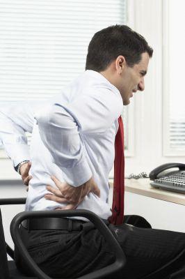 Vor allem bei einer sitzenden Tätigkeit im Büro treten Rückenschmerzen auf. Foto: djd/Trancolong