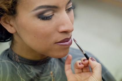 Highlights Lipgloss über dem Lippenstift auftragen
