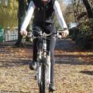 Schlaue Köpfe fahren (mit Helm) öfter mal mit dem Fahrrad zur Arbeit und haben so ihr Sportprogramm schon erledigt. Foto: djd/Basica Sport