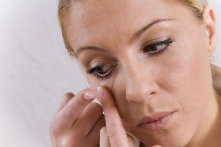 Denn das Tragen von Kontaktlinsen kann das Gleichgewicht des natürlichen Tränenfilms stören und diese werden dann im Auge als Fremdkörper wahrgenommen. Foto: djd/Optima