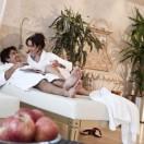 Wellness kann ziemlich romantisch sein, wie das Beispiel des Südtiroler Suite-Hotels Villa Tirol zeigt. Es hat sich auf Glücksmomente für Pärchen spezialisiert. Hier räkelt man sich zum Beispiel zu zweit im Rosenblüten-, Orangen- oder Melissenbad und trinkt dabei ein Gläschen Sekt. Auch das gemeinsame blaue Lagunenbad sorgt für romantische Momente. Foto: djd/Suite Hotel Villa Tirol