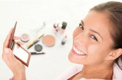 frau beim schminken