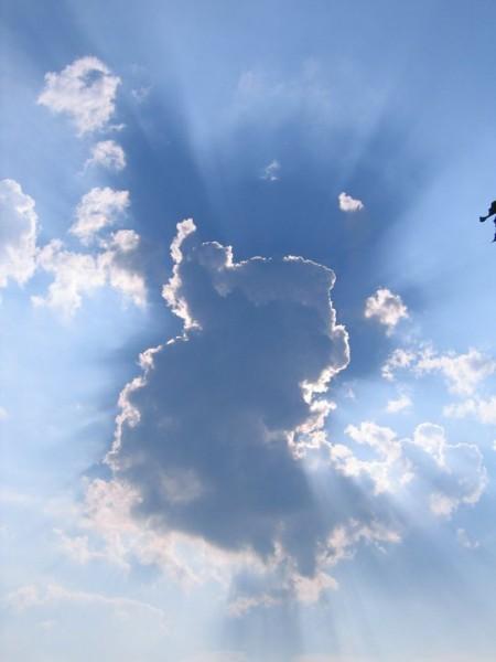 sonnenstrahlen krone um die wolken