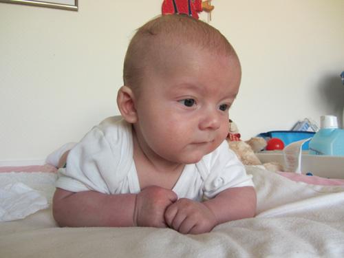 Baby auf dem Wickeltisch in Bauchlage