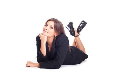 Karriere Junge Frau liegt lächelnd auf dem Boden