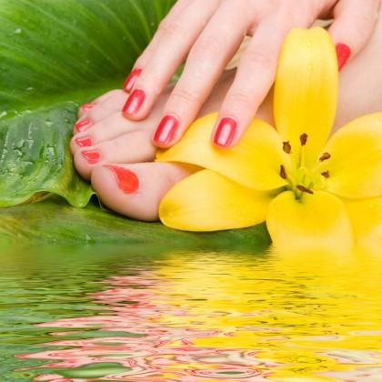 Rote Fußnägel und Fingernägel